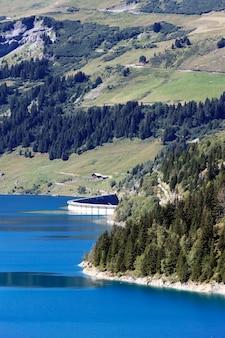 Lac et barrage dans les montagnes des alpes, france