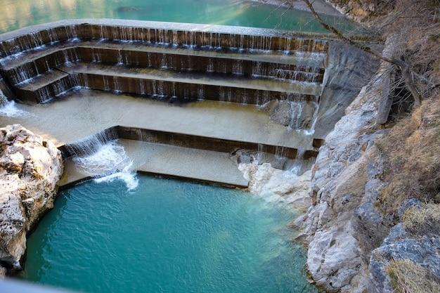 Lac avec belle cascade artificielle dans le parc