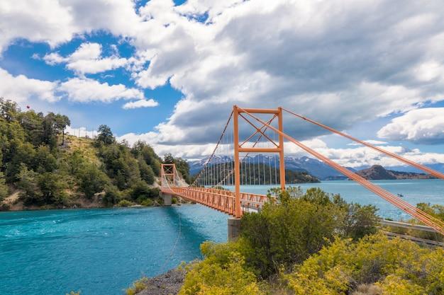 Lac bertran et pont du lac general carrera et montagnes beau paysage, chili, patagonie, amérique du sud