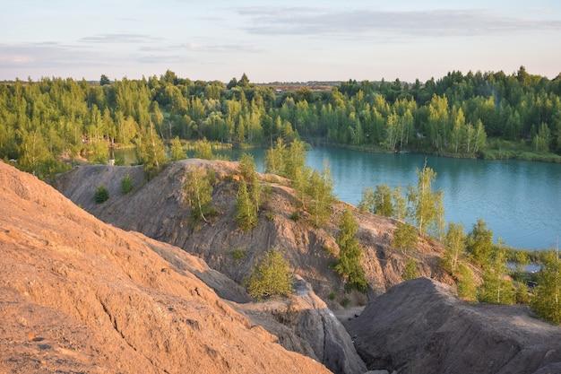 Lac bleu dans une carrière abandonnée. romantsevo