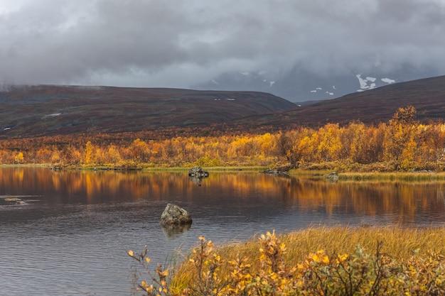 Lac bleu dans les montagnes arctiques d'un parc national de sarek.