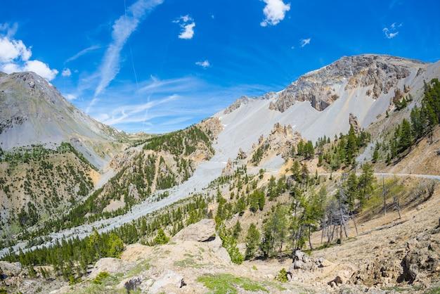 Lac bleu de haute altitude dans un environnement idyllique non contaminé autrefois recouvert de glaciers