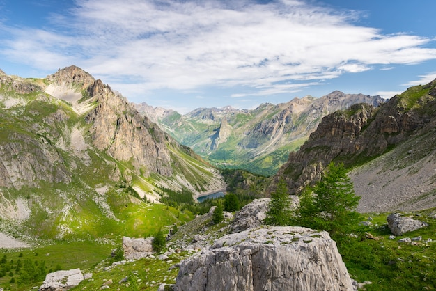 Lac bleu de haute altitude dans un environnement idyllique et non contaminé