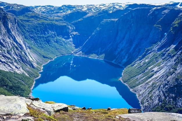 Lac bleu en norvège près de trolltunga