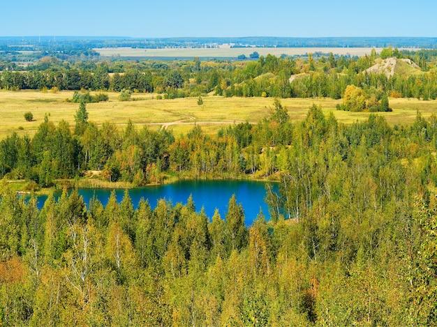 Lac bleu spectaculaire entouré de fond de paysage de forêt verte