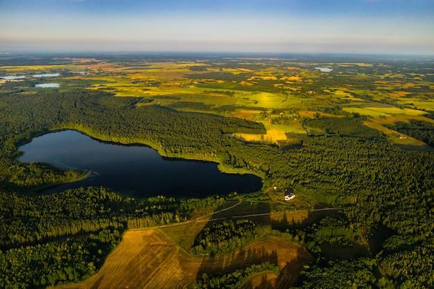 Lac bolta dans la forêt dans le parc national des lacs braslav à l'aube