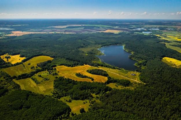 Lac bolta dans la forêt dans le parc national des lacs braslav