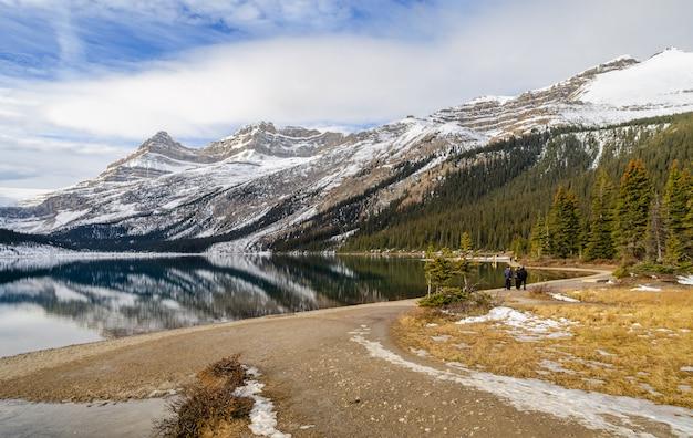 Lac bow dans le parc national banff pendant la saison d'hiver, alberta, canada