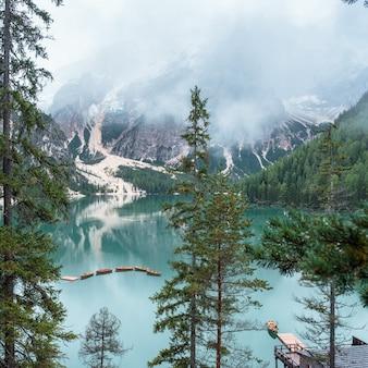 Lac de braies et bateaux en montagne dans les dolomites
