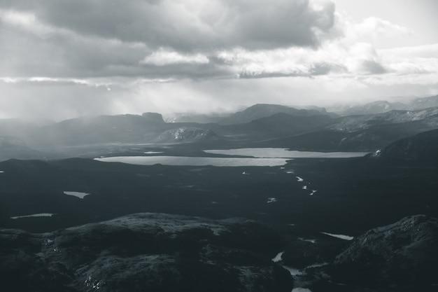 Lac et chaînes de montagnes