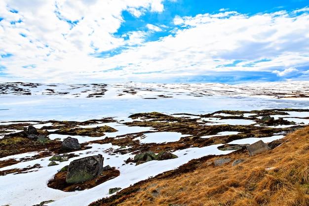 Le lac couvert de montagnes de glace et de neige