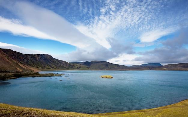 Lac de cratère géothermique près du volcan askja, islande