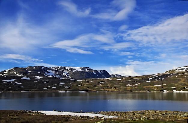 Lac dans les montagnes enneigées