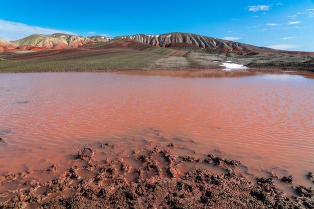 Lac dans les montagnes rouges, paysage naturel