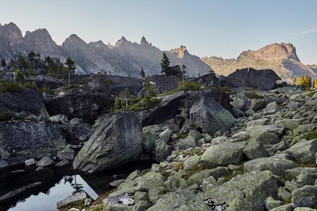 Lac dans les montagnes sous le soleil du soir. coucher de soleil dans les fabuleuses montagnes