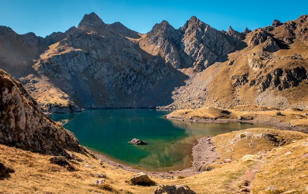 Lac dans les montagnes