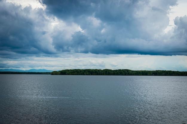 Lac dans le paysage nuageux personne.
