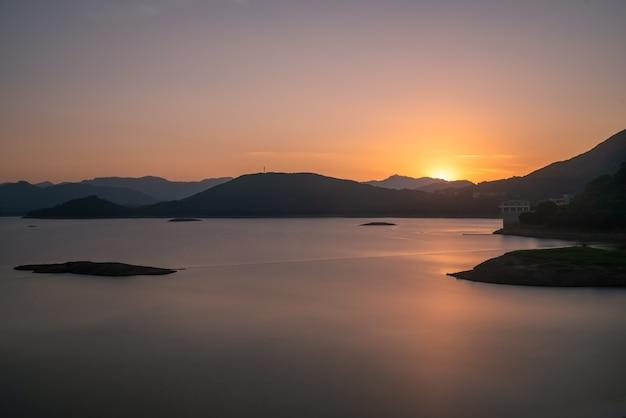 Le lac du soir reflétait les montagnes et le ciel des deux côtés ;