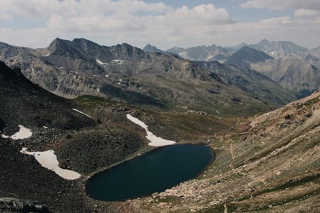 Lac entouré de montagnes pendant la journée