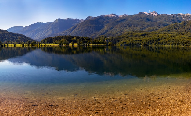 Lac entre montagnes