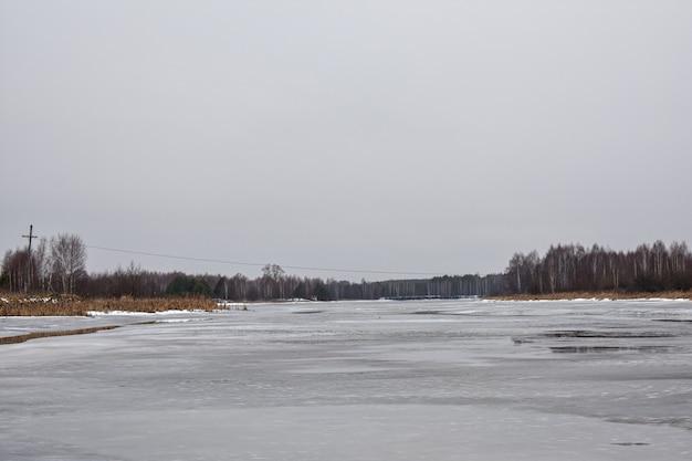 Le lac est couvert de glace en hiver