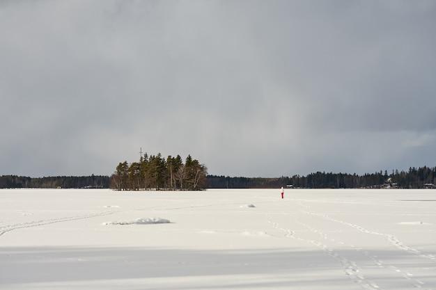 Le lac est couvert de glace et de neige à littoinen, en finlande.