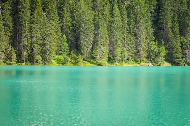 Ce lac étonnant est situé au cœur des montagnes des dolomites, patrimoine mondial de l'unesco - italie