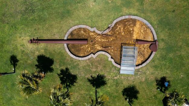 Lac en forme de violon dans le jardin d'une maison
