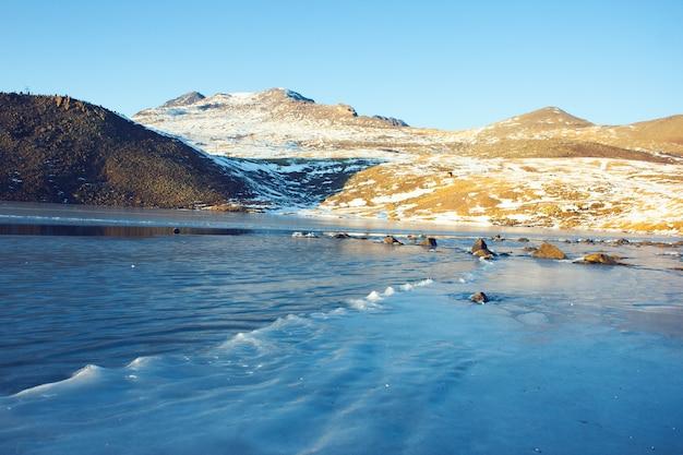 Lac de glace et colline en hiver
