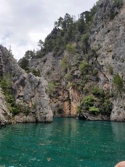 Lac green canyon en turquie rivière de montagne vue sur la montagne