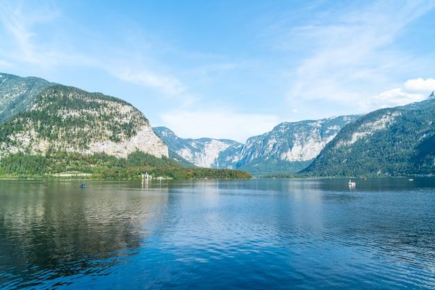 Lac hallstatter dans les alpes autrichiennes