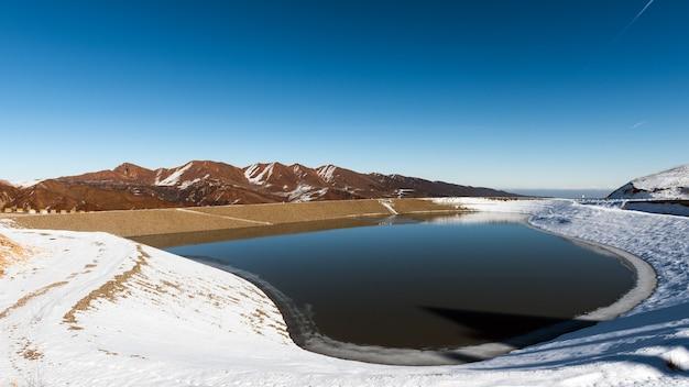 Lac d'hiver dans les montagnes