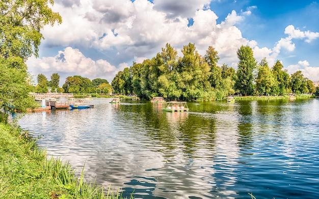 Lac idillique à l'intérieur du parc gorki, moscou, russie