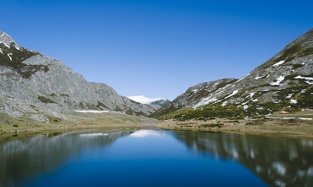 Lac isoba, leon. espagne. paysage de montagne avec lac et montagnes calcaires enneigées.