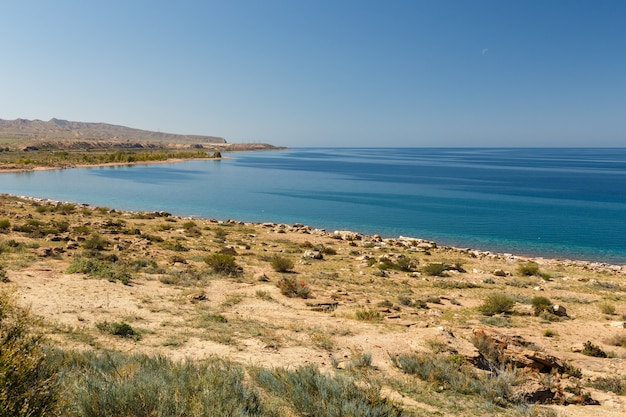 Lac issyk-kul, district de tosor jeti-oguz, kirghizistan, plage déserte sur la rive sud du lac