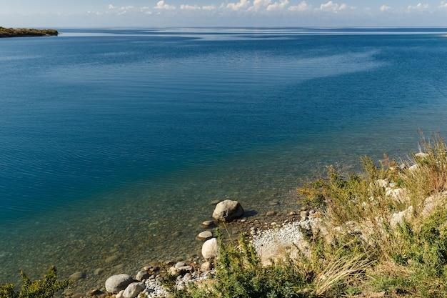 Lac issyk-kul, kirghizistan, le plus grand lac du kirghizistan
