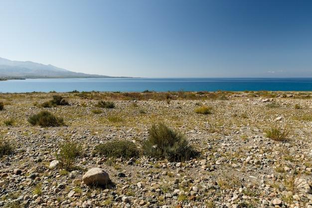 Le lac issyk-kul, le plus grand lac du kirghizistan, des galets sur la rive sud du lac