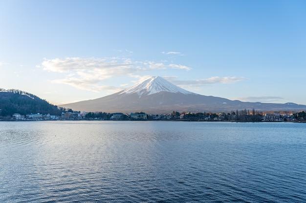 Lac kawaguchiko avec vue sur le mont fuji au japon.
