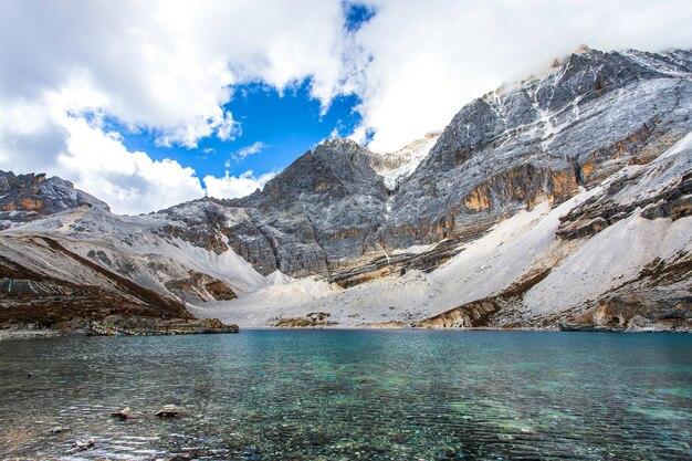 Lac de lait au parc national de doacheng yading, sichuan, chine. dernier shangri-la