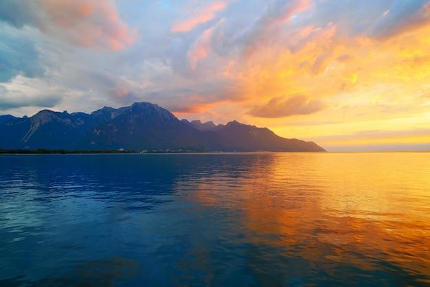 Lac léman au coucher du soleil en suisse