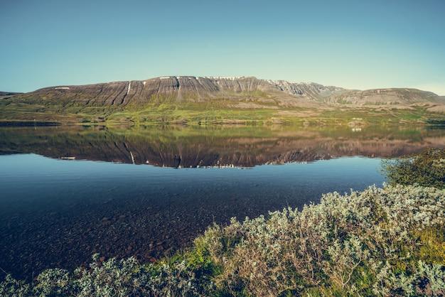 Lac ljosavatn dans le nord de l'islande en journée d'été.