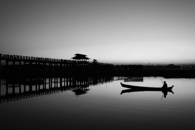 Lac de mandalay en monochrome