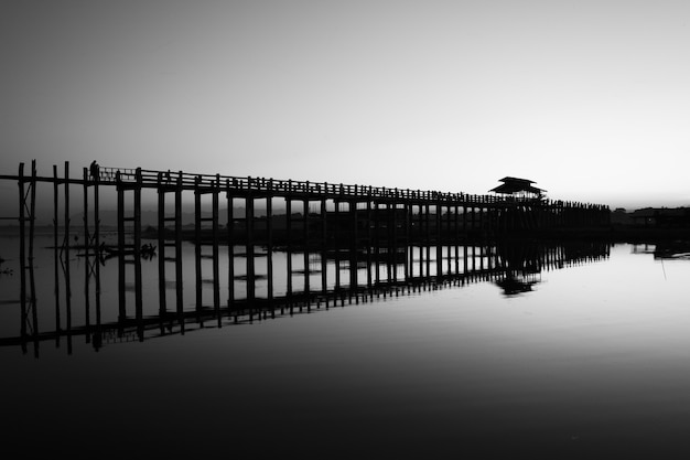 Lac de mandalay en monochrome