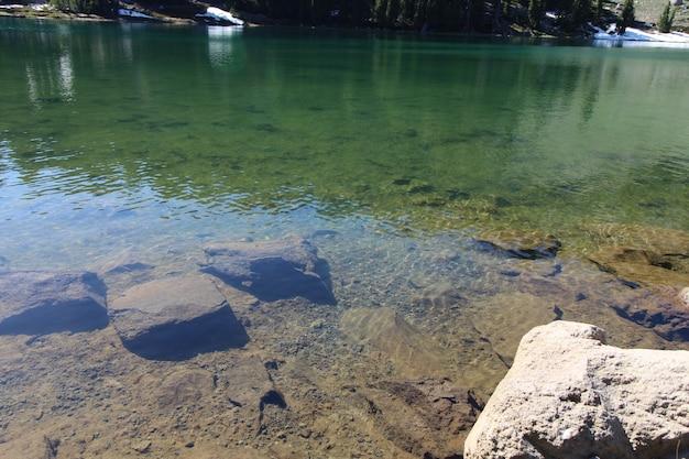 Lac manzanita dans le parc national volcanique de lassen, californie