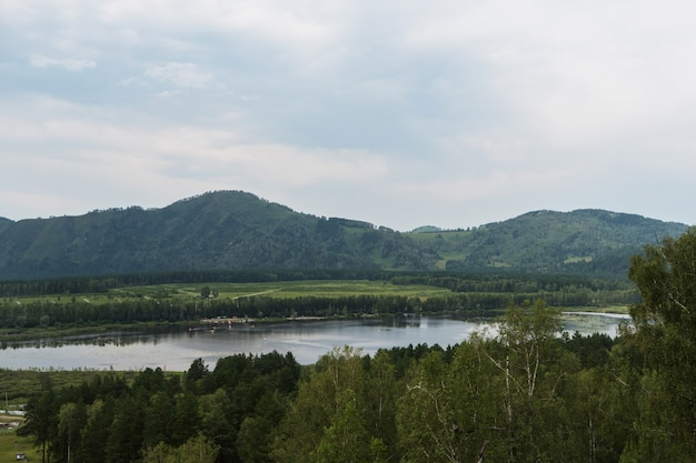 Lac manzherok en altaï.