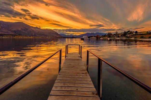 Lac mapourika, côte ouest de la nouvelle-zélande au coucher du soleil