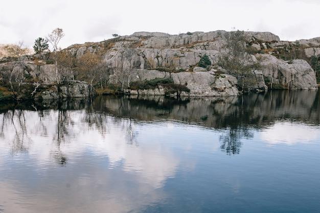 Un lac de montagne au sommet du mont preikestolen (pulpit rock) en norvège