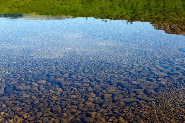 Lac de montagne aux eaux claires. péninsule de kola, khibiny. russie.