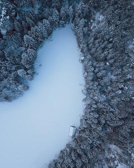 Lac de montagne dans les alpes enneigées