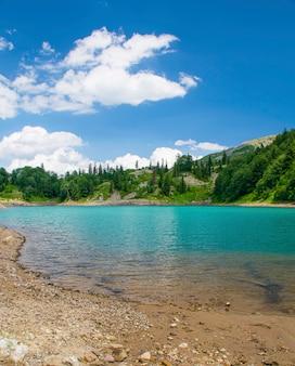 Lac de montagne dans une vallée en géorgie un jour d'été